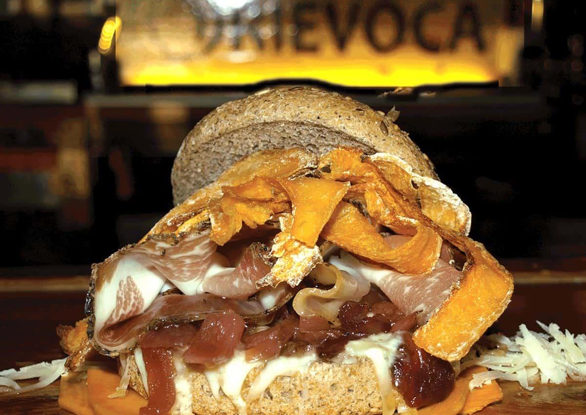 Panzucca: chips di zucca al forno, avvolte nel lardo affumicato, con cipolle caramellate su un letto di Cacio