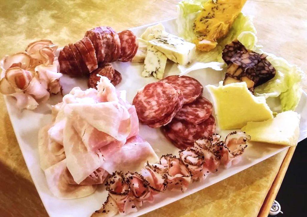 mitici taglieri d'altri tempi; selezione di salumi e formaggi delle specialità del momento