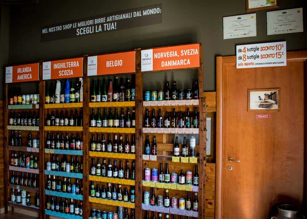 Lo shop di Rievoca Beer, un piccolo negozio con più di 200 birre artigianali da tutto il mondo